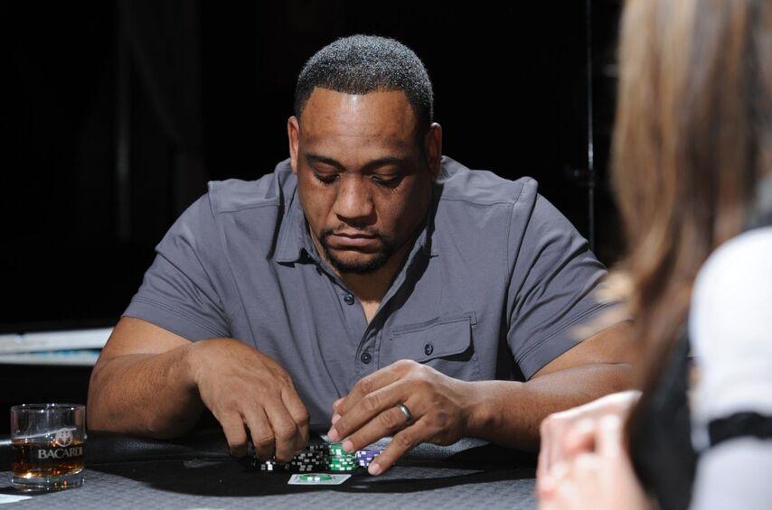Этот игрок дожидается своего хода. Он выглядит так, будто по какой-то причине расстроен или огорчён. У многих игроков такая поза указывает на сильную руку (при условии, что обычно они выглядят иначе).