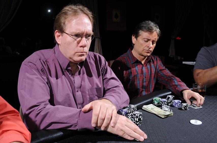 Игрок слева сделал чек. У него защитное, сердитое выражение лица. У многих игроков такая мимика во время ожидания хода означает слабую руку.