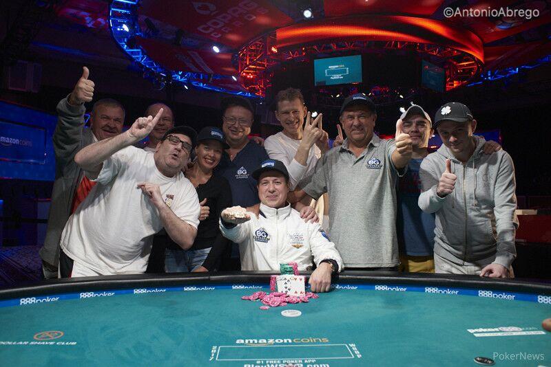 Матусов показывает один палец не потому, что он не в курсе, сколько браслетов на самом деле выиграл Владимир, а потому что в этом году приобрел его в фэнтези за 1 очко.