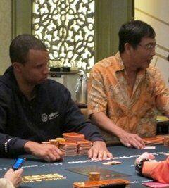 Чау Чжен и Фил Айви играют кэш в Макао